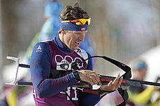 Norway's Lars Berger prepares to shoot during a biathlon фото (photo)