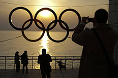 Олимпийские Игры в Сочи-2014 (Winter Olympics Sochi): People take pictures of the Olympic rings outside a train station after the 2014 Winter Olympics, Monday, Feb. 24, 2014, in Adler, Russia. (AP Photo/Jae...