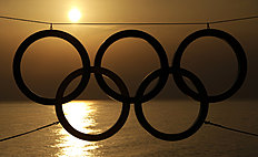 Олимпийские Игры в Сочи-2014 (Winter Olympics Sochi): A set of Olympic Rings are silhouetted against the setting sun over the Black Sea a day after the close of the 2014 Winter Olympics, Monday, Feb. 24, 2014,...