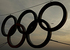 Олимпийские Игры в Сочи-2014 (Winter Olympics Sochi): A departing passenger jet is framed by a set of Olympic Rings a day after the close of the 2014 Winter Olympics, Monday, Feb. 24, 2014, in Sochi, Russia...