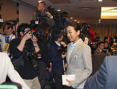 Зимние Олимпийские Игры 2014 в Сочи (Olympic Winter Games, Sochi, Russia): Japanese figure Skater Mao Asada leaves the packed press conference room at the Foreign Correspondents' Club of Japan in Tokyo Tuesday, Feb. 25, 2014 upon...