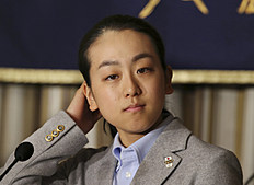 Зимние Олимпийские Игры 2014 в Сочи (Olympic Winter Games, Sochi, Russia): Japanese figure Skater Mao Asada adjusts her hair while listening to a reporter's question during a press conference at the Foreign Correspondents' Club...