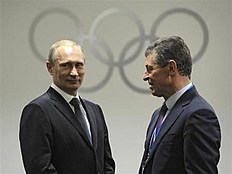 ОИ-2014 в Сочи (Olympic Winter Games, Sochi, Russia): Russia's President Vladimir Putin speaks with Deputy Prime Minister Dmitry Kozak before the closing ceremony for the 2014 Sochi Winter Olympics