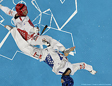 ��������� (���������, taekwondo): South Korea's Lee Daehoon (blue) fights