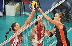 NED15.JPG. Verona (Italy), 27/09/2014.- Femke Stoltenborg (R) of the Netherlands in action against Irina Zaryazhko (L) of Russia during the group C match...