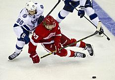 ������ � ������: Tampa Bay Lightning forward Vladislav Namestnikov (90), of Russia, collides with Detroit Red Wings forward Darren Helm (43) as they go for the puck during...
