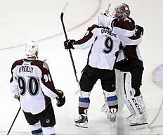 ������ � ������: Colorado Avalanche goalie Semyon Varlamov (1), of Russia, celebrates with Matt Duchene (9) and Ryan O'Reilly (90) after the shootout period of an NHL hockey...