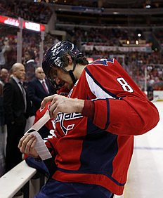 ������ � ������: Washington Capitals left wing Alex Ovechkin (8), from Russia, tapes his stick during a timeout in the third period of an NHL hockey game against the Buffalo...