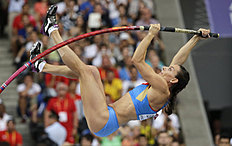 ������ �������� � ������: FILE � In this Tuesday, Aug. 13, 2013, file photo, Russia's Yelena Isinbayeva competes in the women's pole vault final at the World Athletics Championships...