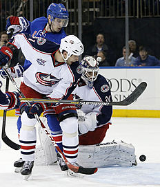 ������ � ������: New York Rangers left wing Chris Kreider (20), Columbus Blue Jackets defenseman Fedor Tyutin (51) of Russia and Blue Jackets goalie Curtis McElhinney (30)...