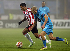 PSV Eindhoven's Memphis Depay, left, and Zenit's Igor Smolnikov challenge for the ball during their round of 32 Europa League soccer match between Zenit...