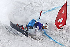 Snowboard (сноуборд): FILE — In this March 7, 2015 file photo Russia's Ekaterina Tudegesheva falls as she competes at the women's parallel slalom at the Snowboard World Cup...