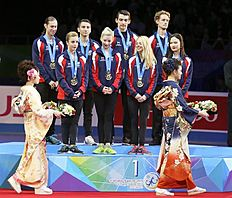Tokyo (Japan), 18/04/2015.- Members of team USA look on kimono-clad ceremonial attendants bringing celebration flowers as they stand on the podium...