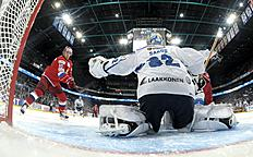 ������ � ������: Finland's goalie Juuse Saros makes a glove save against Russia's Sergei Mozyakin during their Ice Hockey Euro Hockey Tour match in Helsinki