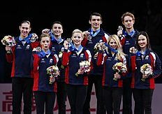 TOKYO, April 18, 2015 (Xinhua) -- Ashley Wagner, Gracie Gold, Alexa Scimeca, Madison Chock (L-R, front), Jason Brown, Max Aaron, Chris Knierim, and Evan...