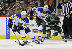 ������ � ������: St. Louis Blues center Paul Stastny (26) controls the puck in front of Minnesota Wild center Kyle Brodziak (21) and Blues right wing Dmitrij Jaskin (23),...