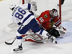 ������ � ������: Chicago Blackhawks goalie Corey Crawford, right, stops a shot by Tampa Bay Lightning's Nikita Kucherov, of Russia, during the second period in Game 3 of...