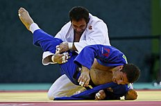 �����: Russia's Denisov and Geogia's Liparteliani fight during their men's judo 90kg gold medal fight at the 1st European Games in Baku