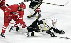 ������ � ������: Carolina Hurricanes' John-Michael Liles (26) and Pittsburgh Penguins Evgeni Malkin (71), of Russia, chase the puck during the third period of an NHL preseason...