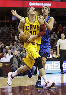 Баскетбол России: Cleveland Cavaliers' Timofey Mozgov, left, from Russia, drives past Dallas Mavericks' Dirk Nowitzki, from Germany, in the first half of an NBA preseason...