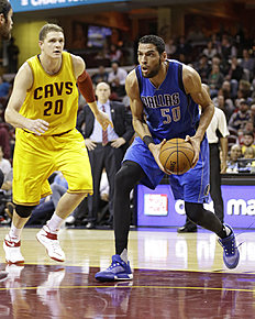 Баскетбол России: Dallas Mavericks' Salah Mejri (50), from Tunisia, drives past Cleveland Cavaliers' Timofey Mozgov (20), from Russia, in the first half of an NBA preseason...