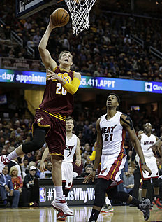 Баскетбол России: Cleveland Cavaliers' Timofey Mozgov (20), from Russia, drives to the basket against Miami Heat's Hassan Whiteside (21) in the first half of an NBA basketball...