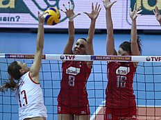 Nataliya Obmochaeva (C) and Ir?na Zaryazhko (R) of Russia vies with Neriman Ozsoy (L) of Turkey during the CEV volleyball women's 2016 European Olympic Qualification semi final match between Russia and Turkey in Ankara on January 8, 2016. / AFP / ADEM ALTAN