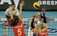 SDT01. Ankara (Turkey), 09/01/2016.- N. Obmochaeva (C) of Russia in action against Robin De Kruijf (L) and Laura Dijkema (R) of Netherlands during the CEV Volleyball Women's 2016 European Olympic Qualification final match between Russia and Netherlands in Ankara, Turkey , 09 January 2016. (Pau00c3u00adses Bajos; Holanda, Rusia, Turquu00c3u00ada) EFE/EPA/SEDAT SUNA