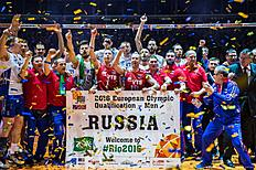 Members of the Russian volleybal team pose behind a giant banner after Russia defeated France in the final match France vs Russia of the 2016 Men's Volleyball Olympic Qualification tournament in Berlin January 10, 2016. nThe Russians earned an automatic qualification for the Rio Olympics. / AFP / John MACDOUGALL
