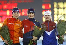 Martina Sablikova of Czech, centre, who finished in first place, Marije Joling of the Netherlands, left, second placed, and Natalya Voronina of Russia, right, who finished third, pose with their flowers after women's 5000m at the «Minsk-Arena» Speed Skating Stadium during the European Speed Skating Championship, in Minsk, Belarus, on Sunday, Jan. 10, 2016. (AP Photo/Sergei Grits)
