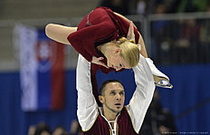 First placed Tatiana Volosozhar (Top) and Maxim Trankov (Bottom) of Russia compete during pairs free skating event during the European Figure Skating Championships in Bratislava on January 30, 2016. / AFP / SAMUEL KUBANI