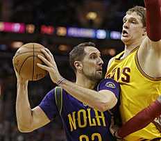 New Orleans Pelicans«Ryan Anderson (33) is stopped by Cleveland Cavaliers»Timofey Mozgov (20), from Russia, in the first half of an NBA basketball game Saturday, Feb. 6, 2016, in Cleveland. (AP Photo/Tony Dejak)