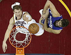 Cleveland Cavaliers «Timofey Mozgov (20), from Russia, drives to the basket against Sacramento Kings» Omri Casspi (18), from Israel, in the first half of an NBA basketball game Monday, Feb. 8, 2016, in Cleveland. (AP Photo/Tony Dejak)