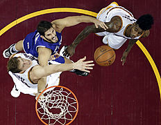 Sacramento Kings «Omri Casspi, center, from Israel, drives to the basket against Cleveland Cavaliers» Timofey Mozgov, left, from Russia, and Iman Shumpert in the second half of an NBA basketball game Monday, Feb. 8, 2016, in Cleveland. The Cavaliers won 120-100. (AP Photo/Tony Dejak)