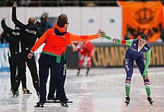 MOS. Kolomna (Russian Federation), 13/02/2016.- Sven Kramer of Netherlands (R) celebrates his victory in the Men's 5000m race during the ISU World Single Distances Speed Skating Championships 2016 at the Kometa Stadium in Kolomna, Russia, 13 February 2016. Kramer won the Golden medal. (Pau00c3u00adses Bajos; Holanda, Rusia) EFE/EPA/SERGEI ILNITSKY
