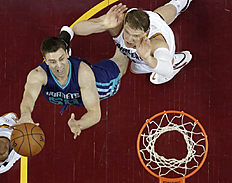 Charlotte Hornets «Tyler Hansbrough, left, drives to the basket against Cleveland Cavaliers» Timofey Mozgov, from Russia, in the second half of an NBA basketball game Wednesday, Feb. 24, 2016, in Cleveland. The Cavaliers won 114-103. (AP Photo/Tony Dejak)