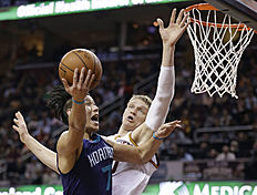 Charlotte Hornets «Jeremy Lin (7) drives to the basket against Cleveland Cavaliers» Timofey Mozgov (20), from Russia, in the first half of an NBA basketball game Wednesday, Feb. 24, 2016, in Cleveland. (AP Photo/Tony Dejak)