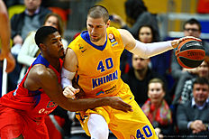 MOSCOW, RUSSIA — FEBRUARY 25: Paul Davis, #40 of Khimki Moscow Region competes with Kyle Hines, #42 of CSKA Moscow in action during the 2015-2016 Turkish Airlines Euroleague Basketball Top 16 Round 8 game between CSKA Moscow v Khimki Moscow Region at Megasport Arena on February 25, 2016 in Moscow, Russia.