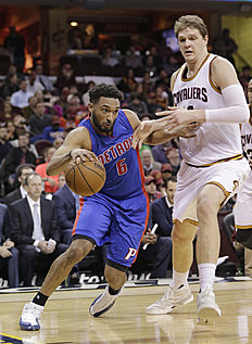 Detroit Pistons«Darrun Hilliard (6) drives past Cleveland Cavaliers»Timofey Mozgov (20), from Russia, during the second half of an NBA basketball game Wednesday, April 13, 2016, in Cleveland. The Pistons won 112-110 in overtime. (AP Photo/Tony Dejak)