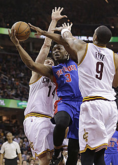 Detroit Pistons«Stanley Johnson (3) drives between Cleveland Cavaliers»Sasha Kaun (14), from Russia, and Channing Frye (9) during the second half of an NBA basketball game Wednesday, April 13, 2016, in Cleveland. The Pistons won 112-110. (AP Photo/Tony Dejak)