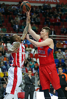 MOSCOW, RUSSIA — APRIL 14: Andrey Vorontsevich, #20 of CSKA Moscow competes with Tarence Kinsey, #1 of Crvena Zvezda Telekom Belgrade in action during the 2015-2016 Turkish Airlines Euroleague Basketball Playoffs Game 2 between CSKA Moscow v Crvena Zvezda Telekom Belgrade on April 14, 2016 in Moscow, Russia.