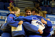 Poland's women judo team celebrates their gold medals after the women's team competition at the European Judo Championships in Kazan on April 24, 2016. / AFP / Vasily Maximov