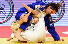 France's Lola Benarroche (R) competes with Croatia's Tena Sikic during the bronze medal match at the women's team competition at the European Judo Championships in Kazan on April 24, 2016. / AFP / Vasily Maximov